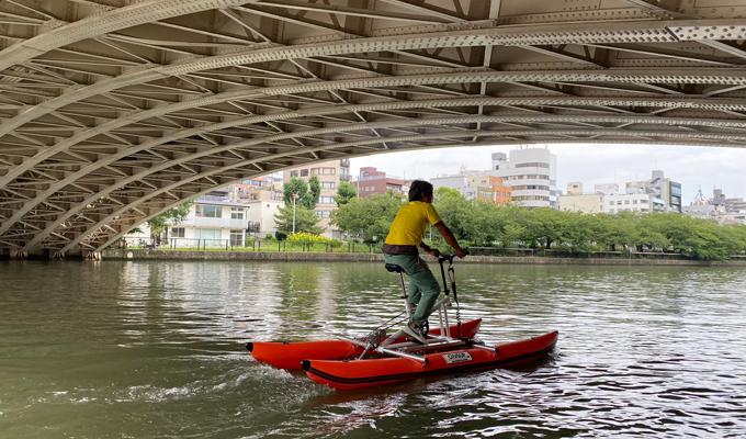橋の下を水上自転車でくぐる