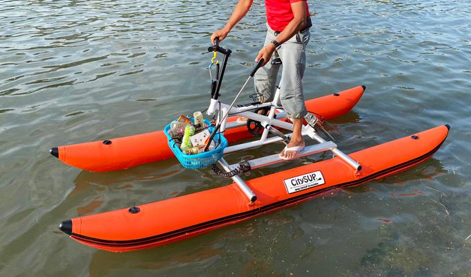 水上自転車で清掃活動
